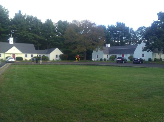 Old Sturbridge Inn & Reeder Family Lodges: The lodges form a circle around the grassy area