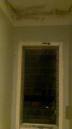 Welcome Sawasdee Inn : Broken/missing louvre to window