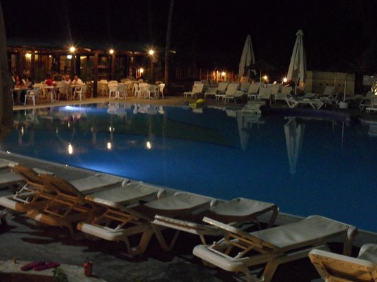 Paphos Gardens Holiday Resort: Hotel at night
