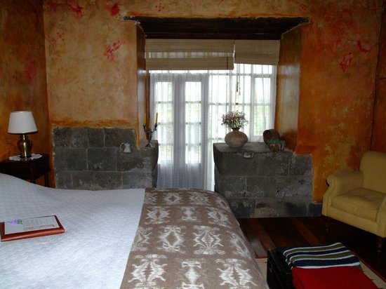 Hacienda San Agustin De Callo: Bedroom, with exposed Inca wall