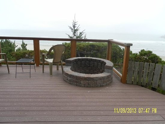 Ocean House Bed and Breakfast: Firepit area