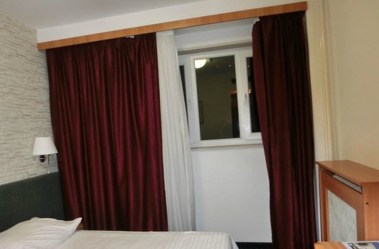 Hotel Petka: room window and curtains