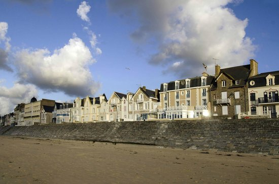 Hotel Beaufort : Wonderful sea front location, alongside the promenade