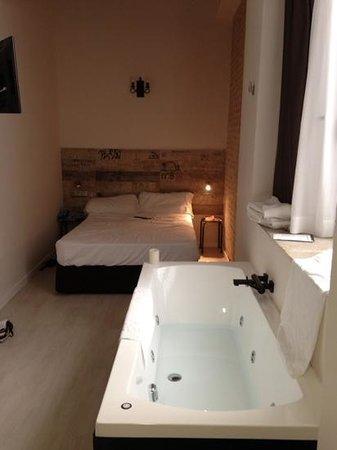 Sweet Otël Valencia: chambre avec sdb à part PLUS baignoire à remous en plus :-)
