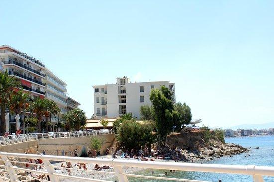 Marion Hotel: наш отель справа - белый с синими балкончиками