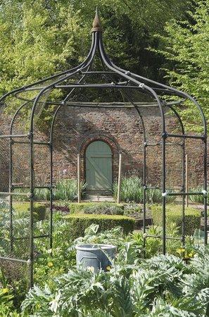 Saltmarshe Hall: Garden