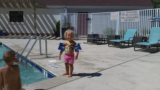 Sonesta ES Suites Omaha : Having fun at the pool.