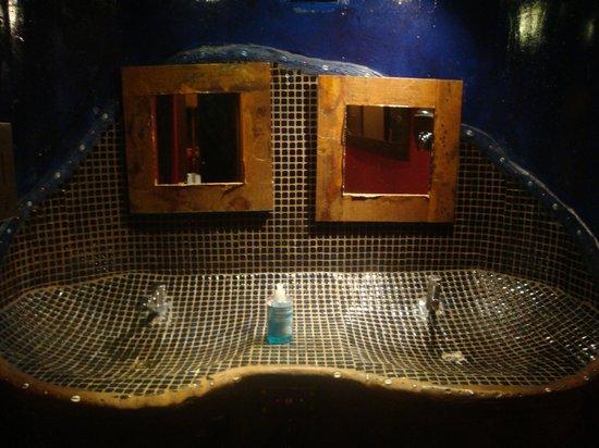moyo Melrose Arch: Trendy Bathroom