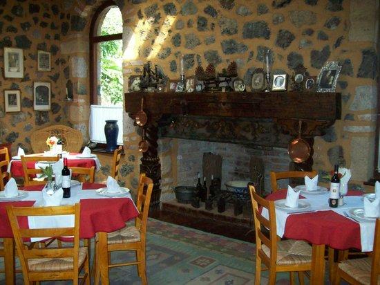 El Rincon del Encanto: Chimenea salón principal.