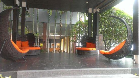 FuramaXclusive Sandara Hua Hin: Front lounge area