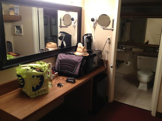 Best Western Greenfield Inn: Family sized room has a little private area for changing