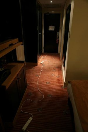 Crowne Plaza Hotel Dublin Airport: Entrance with cables running across the floor