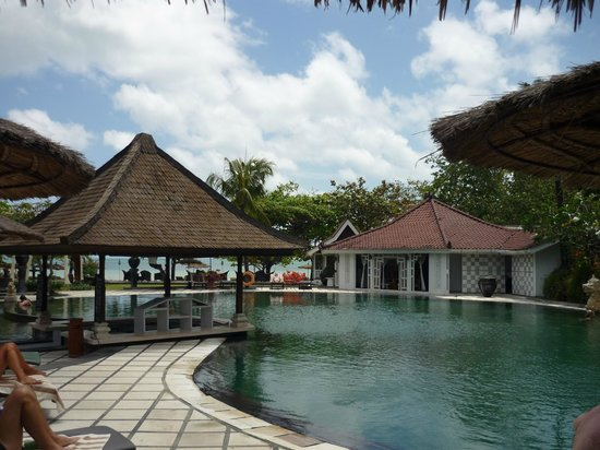Keraton Jimbaran Beach Resort: Piscine et au fond la mer
