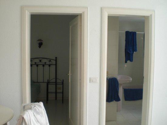 Corona Mar Apartments: snodo camera/bagno