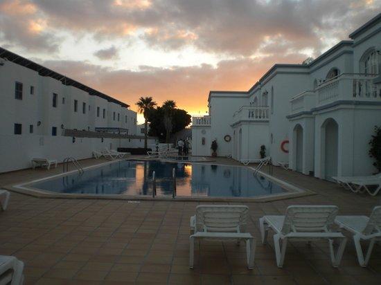 Corona Mar Apartments: piscina