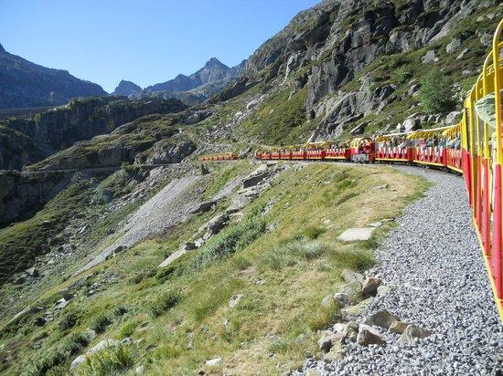 Le Train d'Artouste : Croisement de trains peu avant l'arrivée au Pied du barrage d'Artouste