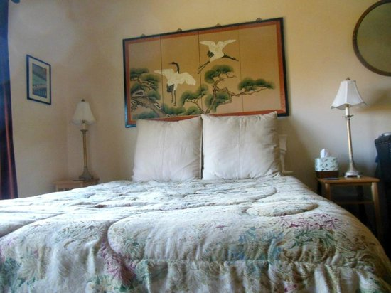 Coppertoppe Inn & Retreat Center: Jade suite front room queen bed with beautiful wall screen