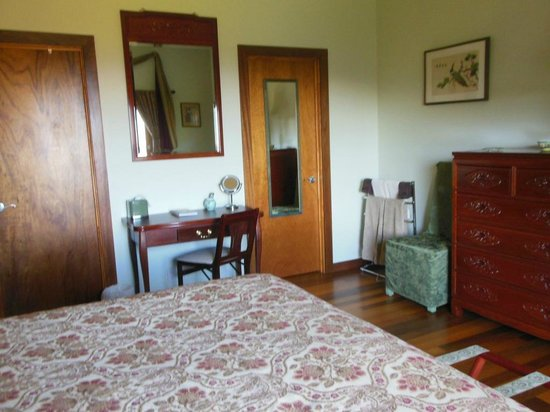 Coppertoppe Inn & Retreat Center: Jade suite bedroom with new vanity table