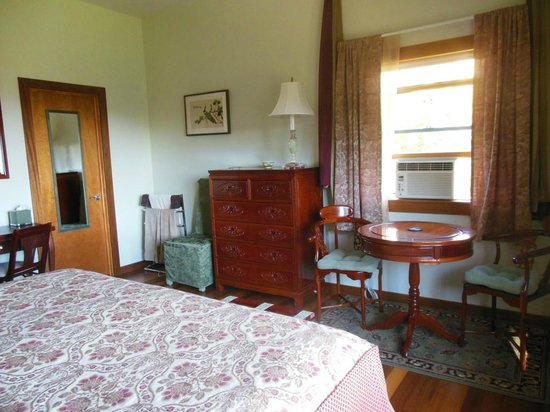 Coppertoppe Inn & Retreat Center: Jade suite bedroom tea table for two and towel warmer