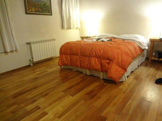 Cabanas Pircas del Alto: amplia habitación con somier y calefaccion