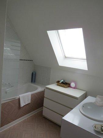 Hostellerie Saint Louis: Bathroom