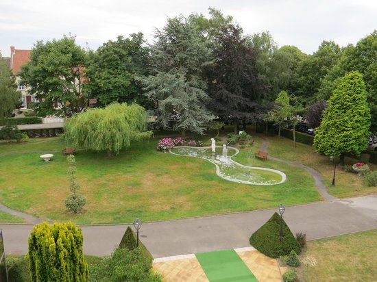Hostellerie Saint Louis: Hotel's front garden/ View from our room