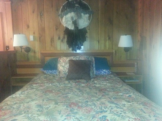 Mountain Motel: Bed closest to kitchenette