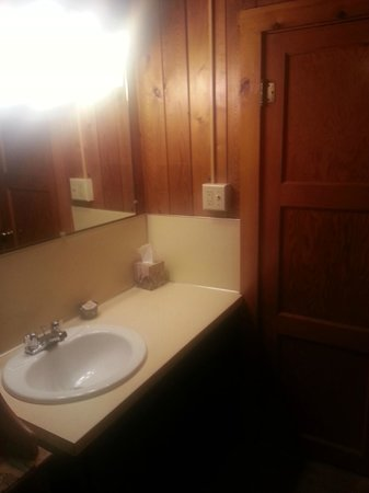 Mountain Motel: Sink outside of bathroom