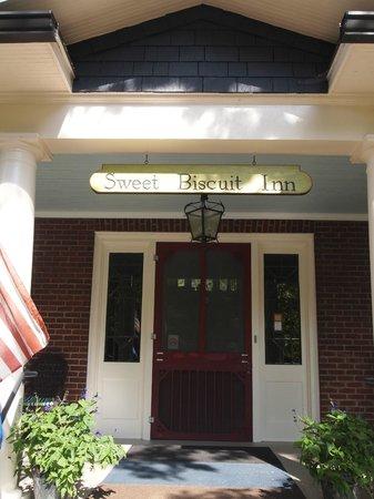 Sweet Biscuit Inn: Front door
