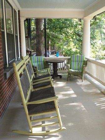 Sweet Biscuit Inn: Porch