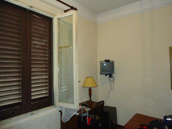 Airone Hotel: Janelas mal conservadas