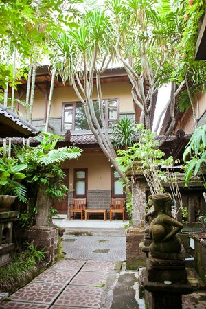 Hotel Puri Bambu: Внутренний дворик