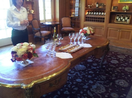 Jordan Vineyard & Winery: Gathering room for the first course