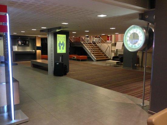 Novotel Brussels Airport : Salão recepção e ao fundo escada para o restaurante