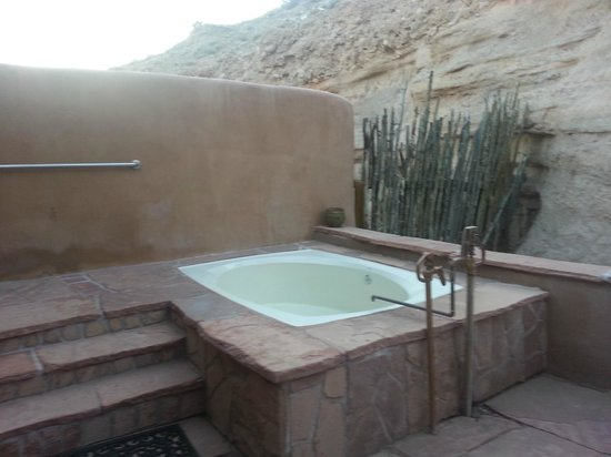 Ojo Caliente Mineral Springs Resort and Spa: Outdoor tub