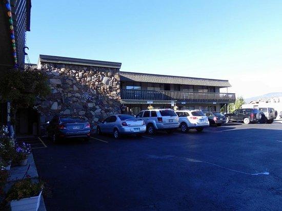 Snowshoe Motel: Front