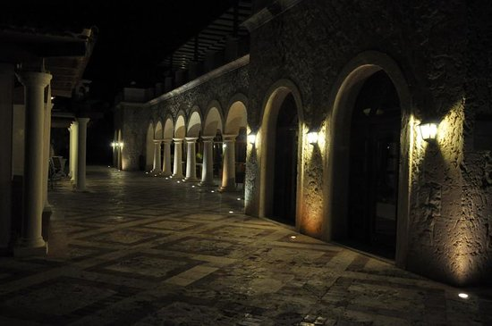 Sanctuary Cap Cana by Playa Hotels & Resorts: Casa Bella at night