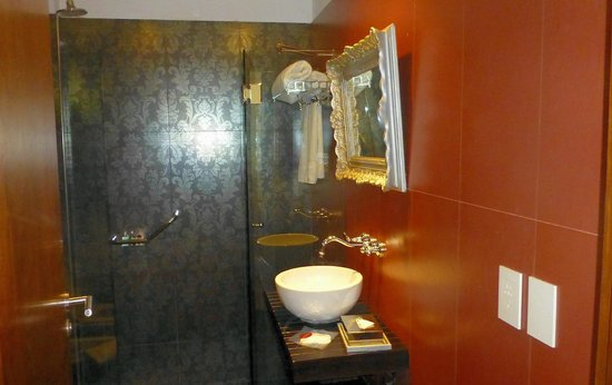 BoBo Hotel: Baño