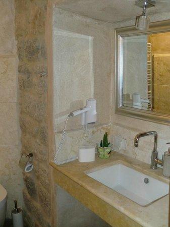 Al Pozzo dei Desideri: Lavabo con secador, espejo...