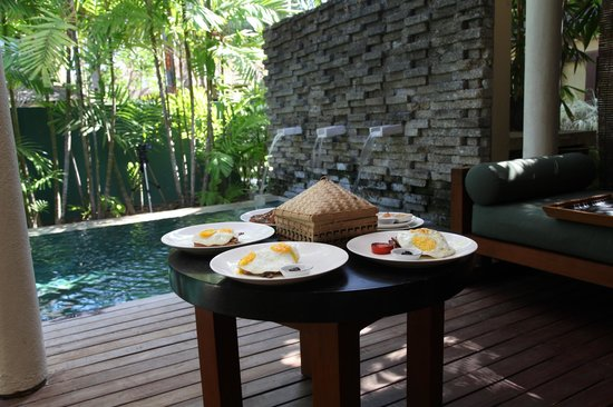 Qunci Villas Hotel: Breakfast on the pool