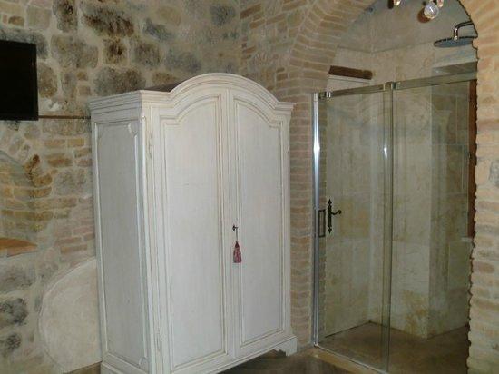 Al Pozzo dei Desideri: Armario, y junto a él la ducha