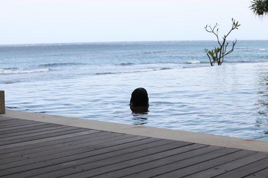 Qunci Villas Hotel: Zwembad aan het strand