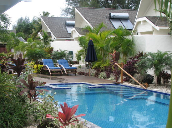 Cooks Bay Villas: beautifully lanscaped pool area