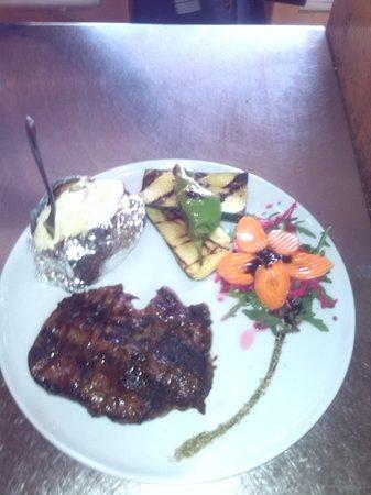 La Matera: exquisito plato en su punto exacto de la decoración acopañadada por verduras a la brasa extras y