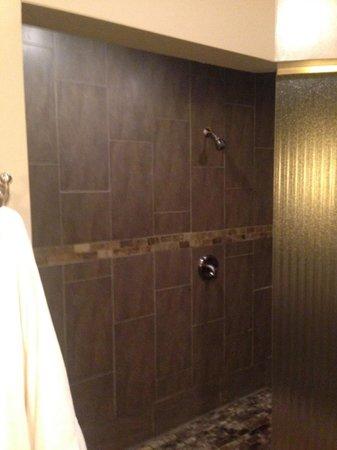 Belamere Suites Hotel : Double Shower