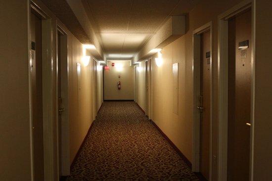 America's Best Inns & Suites : Corridors