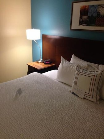 Fairfield Inn Philadelphia Airport: notice the bedside outlets