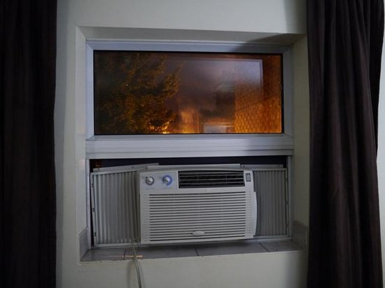 Hotel Visitel: Window without closure behind the air conditioner
