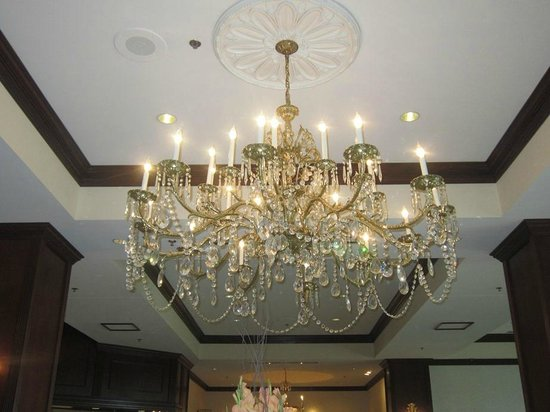 Hilton Atlanta / Marietta Hotel & Conference Center : lobby chandelier