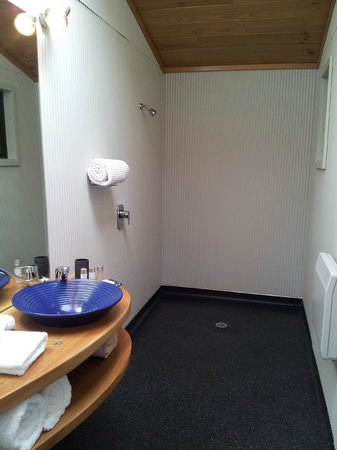 Te Whau Lodge : open shower doesn't make you feel exposed